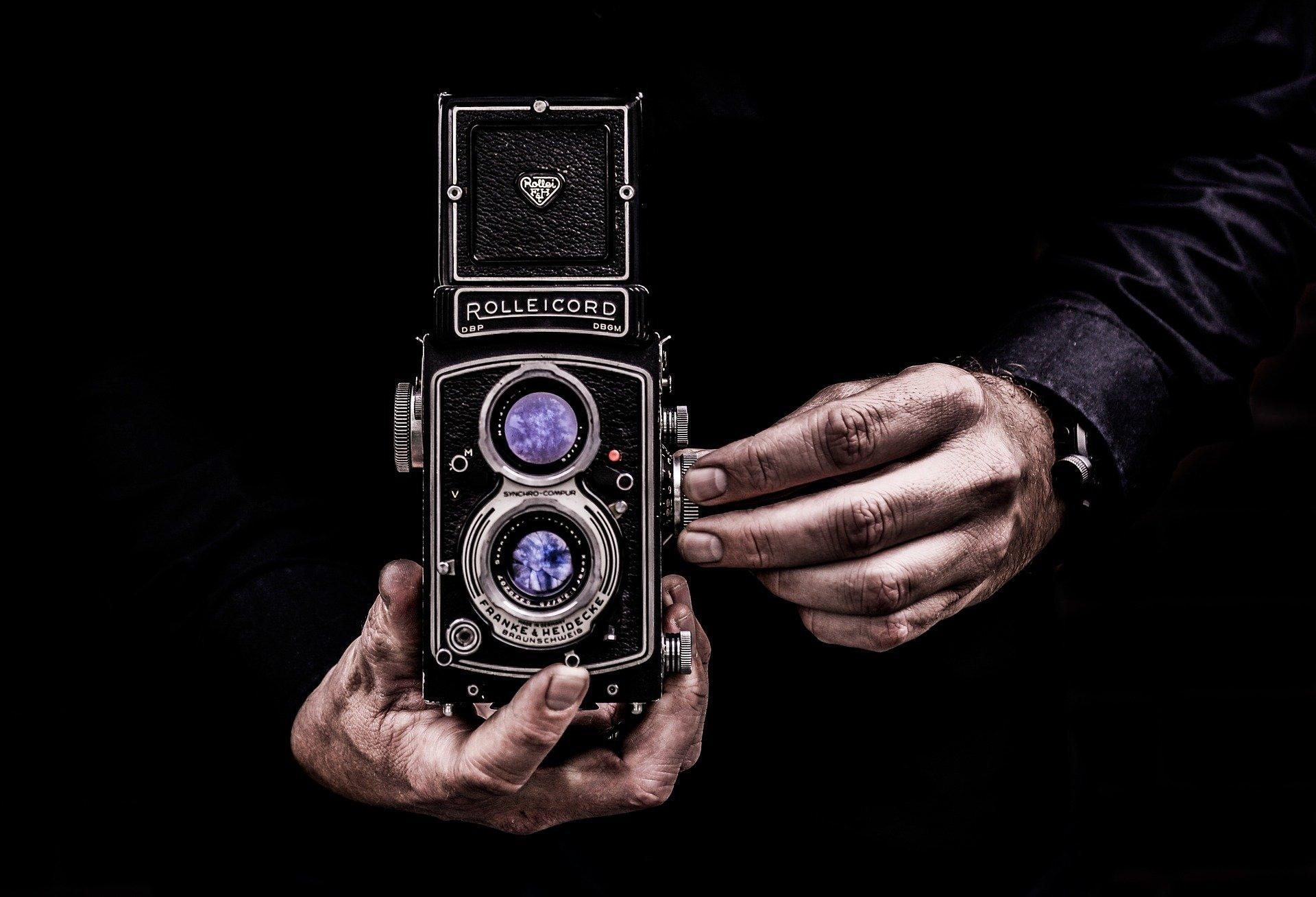 Fotoaparat von einer Person gehalten